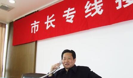 市建设交通工作党委书记王醇晨接听市民来电